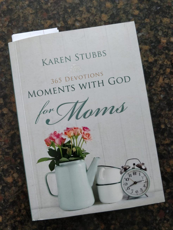 Moments With God for Mom's | lookingjoligood.blog